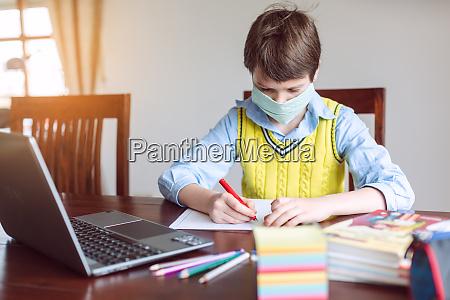 studente che lavora da casa perche