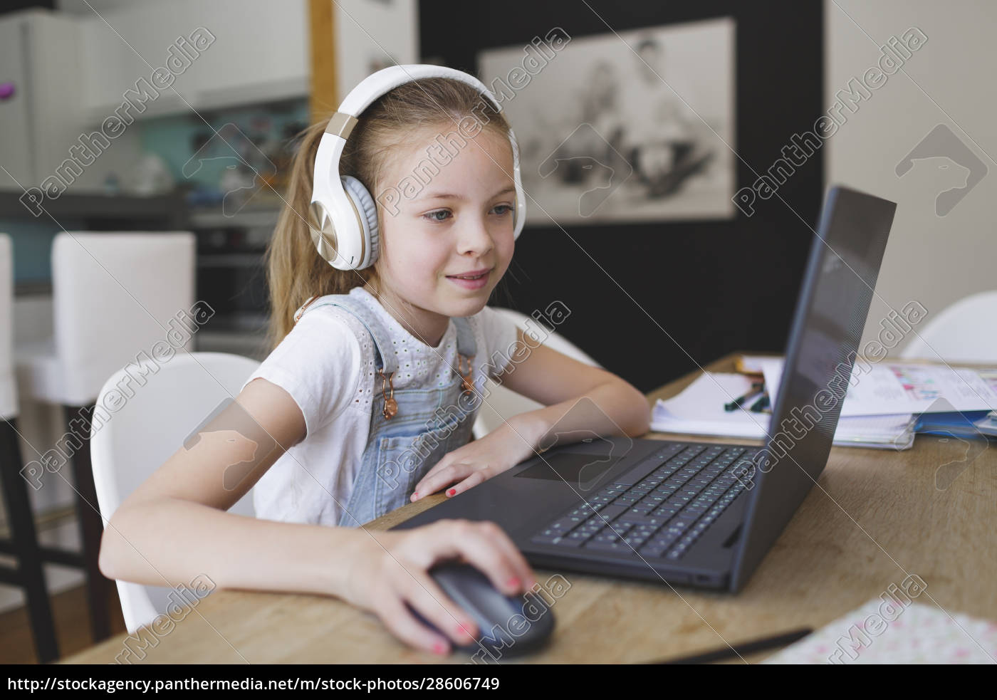 bella, ragazza, con, cuffie, e, laptop - 28606749
