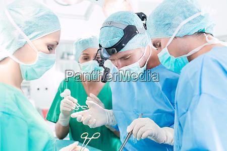 chirurghi che operano paziente in sala