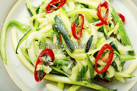 insalata estiva di zucchine fresche peperoni