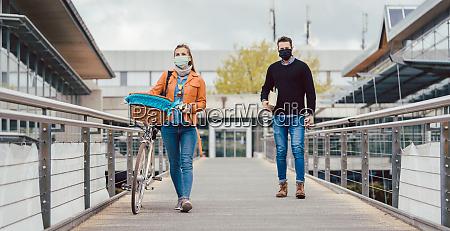 studenti nel campus universitario che indossano