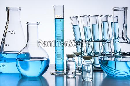 vetreria da laboratorio con liquido blu