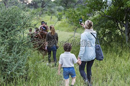 un ragazzo e sua madre turisti