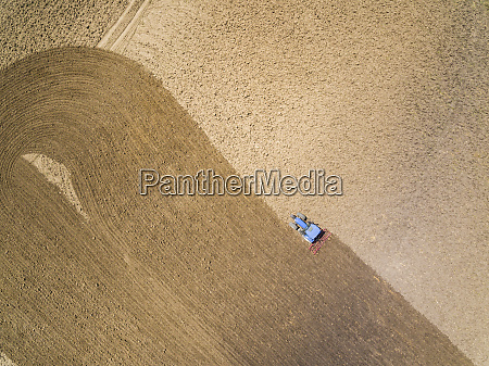 veduta aerea del trattore in azienda