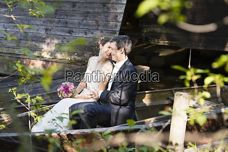 sorridente coppia sposo romancing mentre e