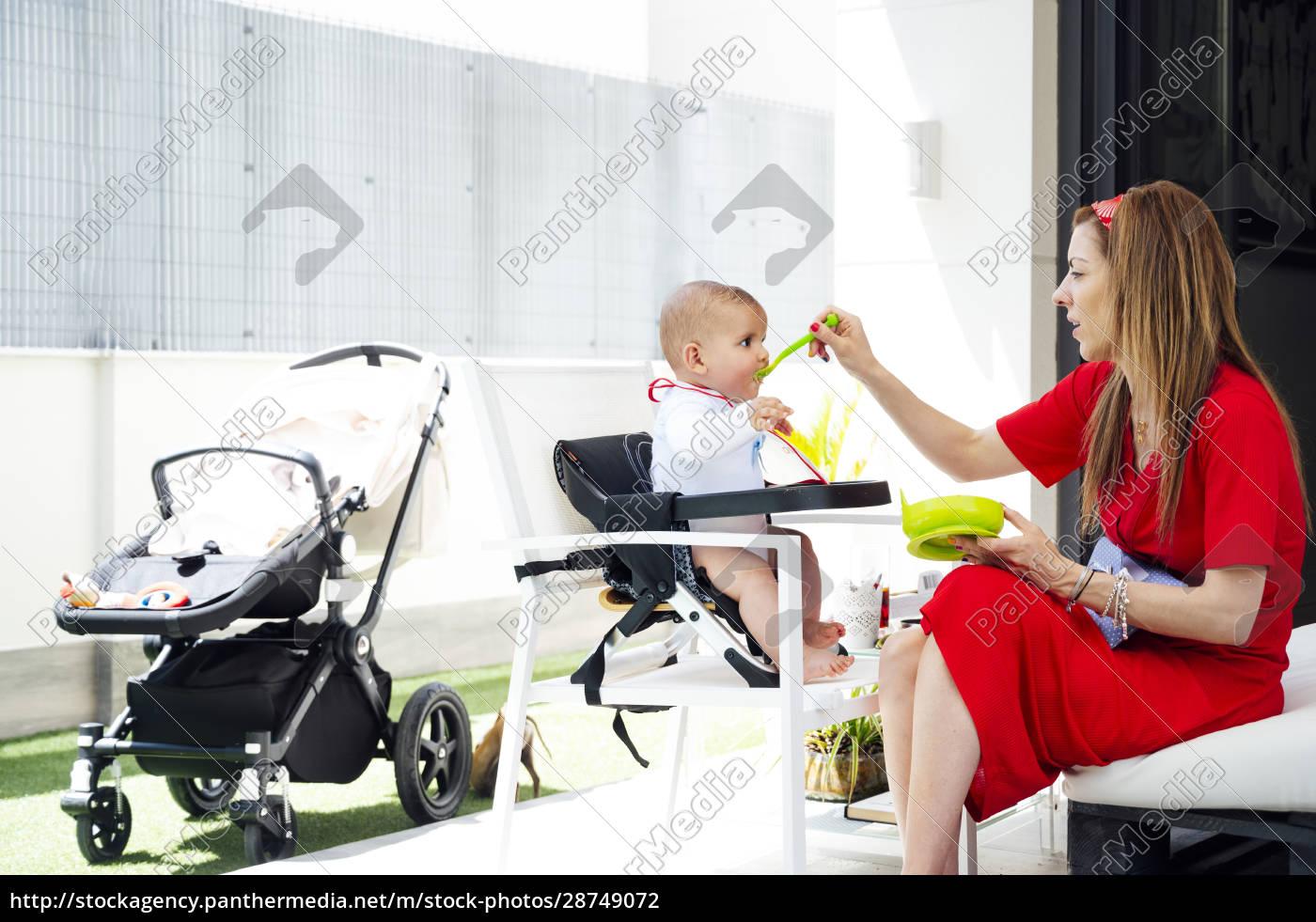 madre, che, nutre, il, figlio, carino - 28749072