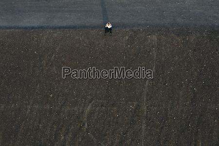 imprenditore, maschio, seduto, sulla, collina, vista, drone - 28757837