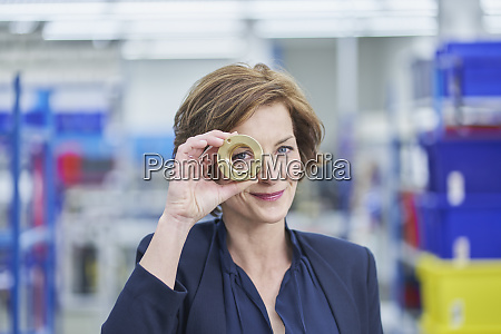 manager donna fiduciosa che guarda attraverso
