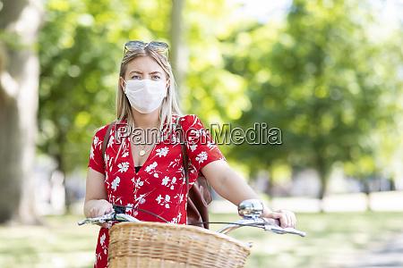donna che indossa la maschera mentre