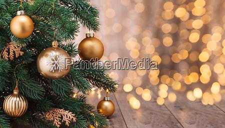decorazione natalizia con palline e albero