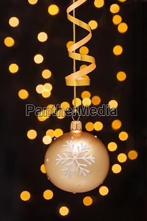 decorazione natalizia con palline e nastri