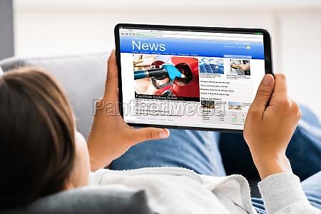 guardare le notizie sullo schermo del