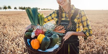 donna contadina che offre verdure sane