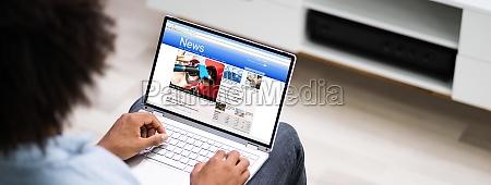 lettura di articoli di notizie elettroniche