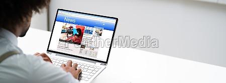 uomo lettura notizie online