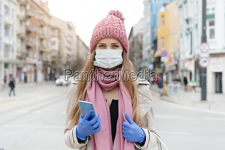 donna preoccupata in piedi in citta