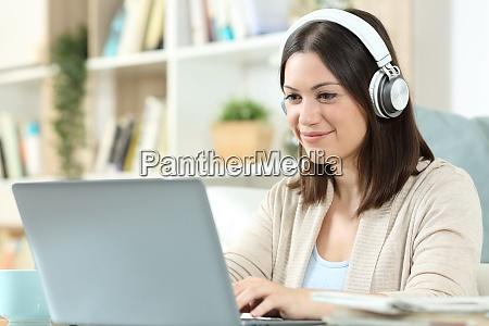 donna con cuffie e laptop a