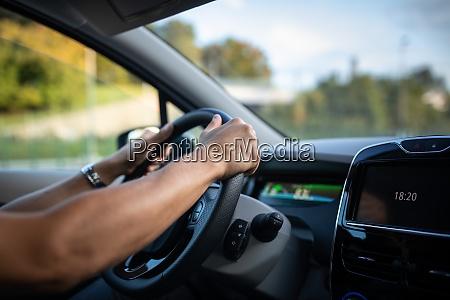giovane alla guida di un veicolo