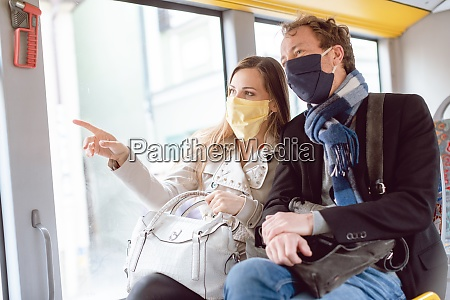 coppia in autobus con trasporto pubblico