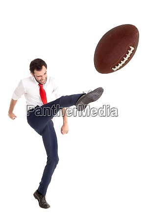 uomo daffari che calcia un pallone