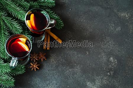 vino rosso con spezie su cemento