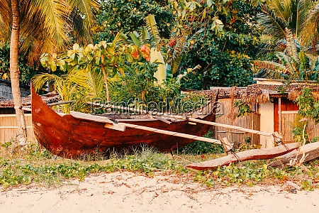 catamarano barca in spiaggia a nosy