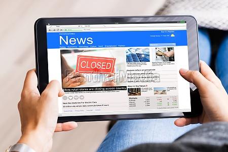 guardare le notizie su tablet computer