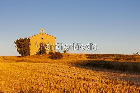 cappella con campo di lavanda plateau