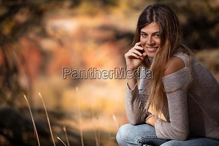 bella ragazza nel parco autunnale