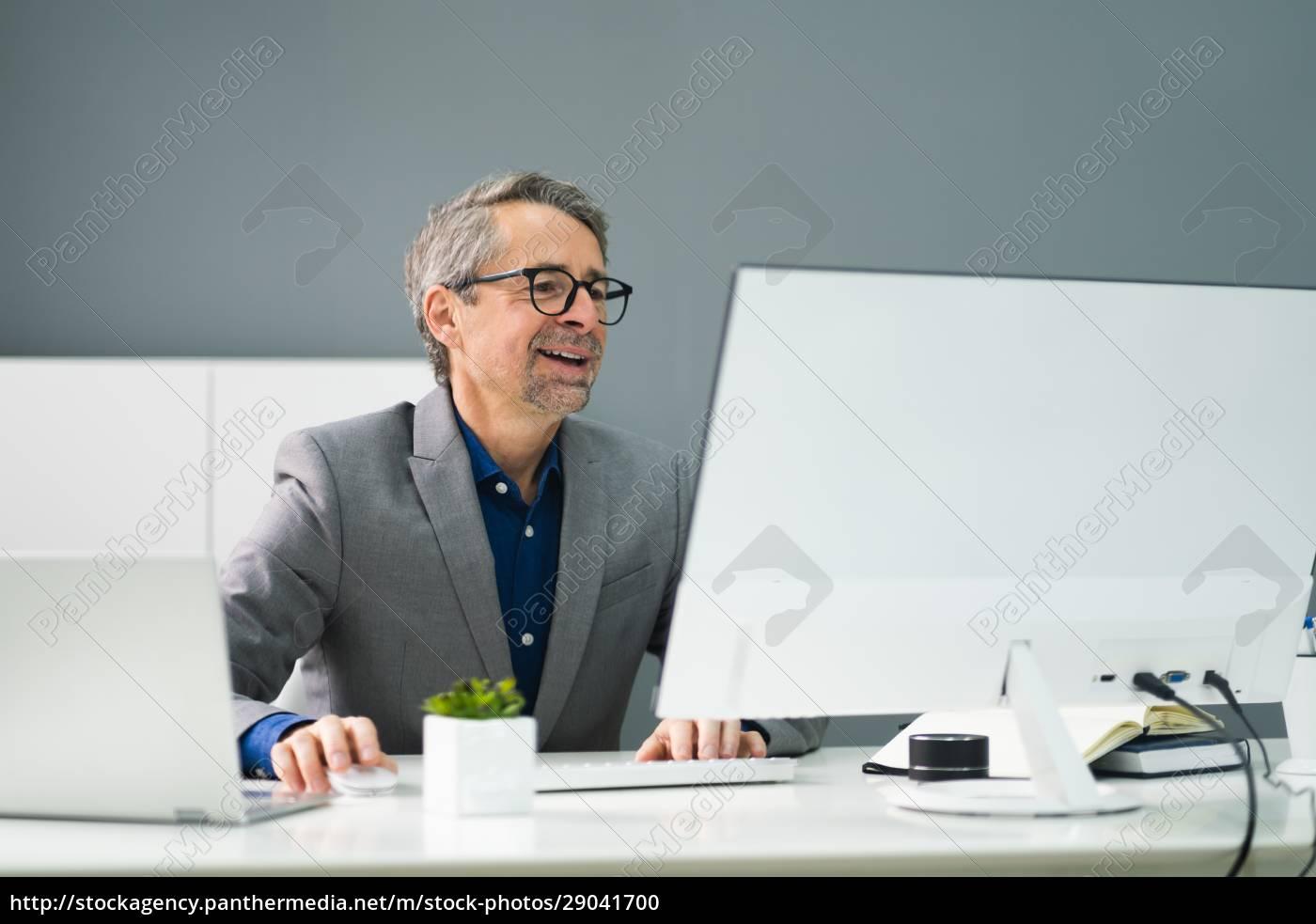 happy, professional, man, dipendente, utilizzando, il - 29041700