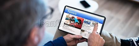 guardare notizie sullo schermo del tablet