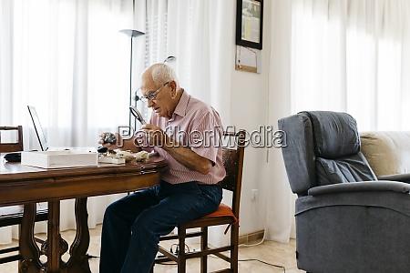 uomo anziano in pensione che ordina