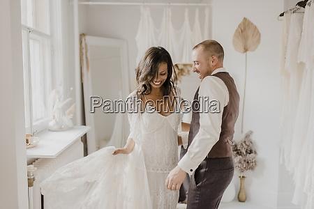 coppia sorridente che balla a casa