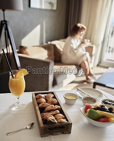 colazione fresca a tavola con donna