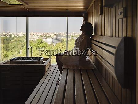 donna anziana seduta sulla sauna di