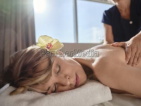 femmina matura che dona massaggio a