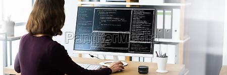 programmatore di software o coder woman