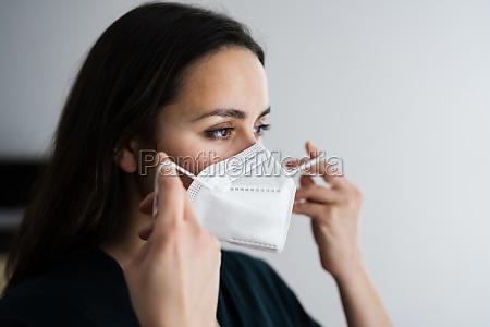 donna che si mette la maschera