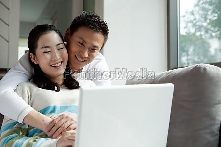 una coppia che usa un laptop