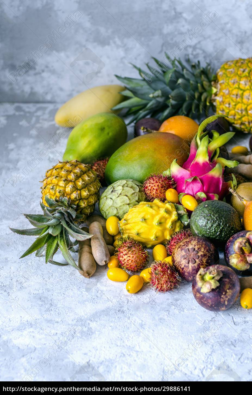 una, grande, pila, di, frutti, tropicali - 29886141