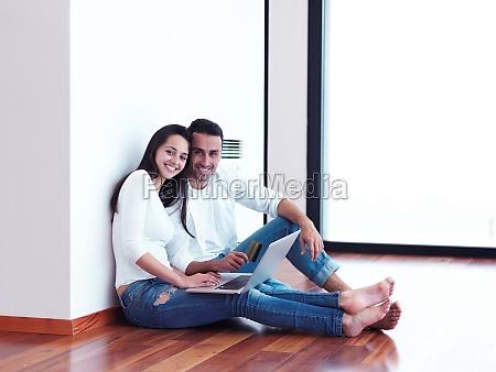 giovane coppia rilassata che lavora su