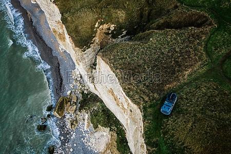 vista aerea dellauto sulla scogliera a