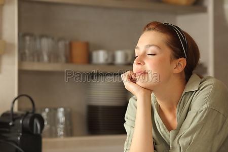 donna rilassata che riposa con gli