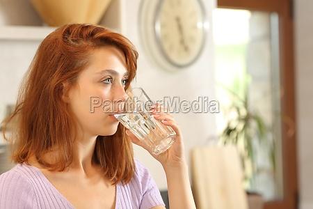 donna che beve acqua del rubinetto